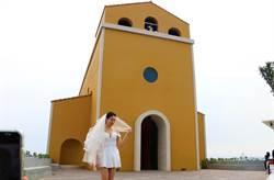 大鵬灣擠身熱門婚紗外拍景點 白紗搭上海上教堂美呆了