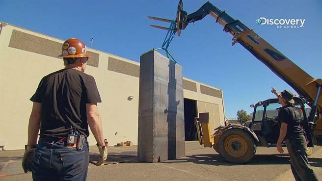 第12塊骨牌為用鋼材製造、高4公尺、重達3,200公斤的「骨牌哥」。(Discovery頻道 提供)