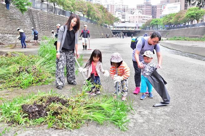 水利局員工帶著孩子參加,與大人動手清理雜草、垃圾,河川。(盧金足翻攝)