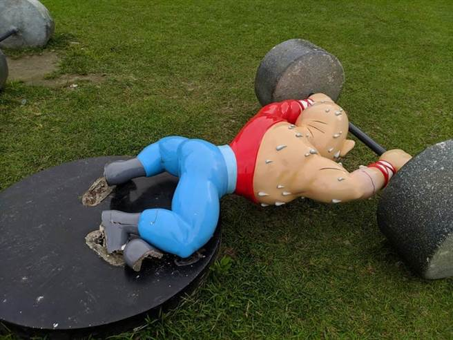漫畫烏龍院「大師兄」固定的腳底破裂,造成公仔無法承重倒下。(許家寧攝)