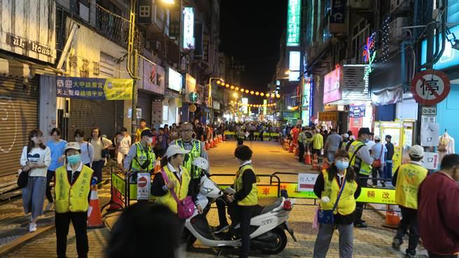 彰化市永樂街商圈,警方以警用護欄將徒步區淨空,引導人潮分流。(謝瓊雲攝)
