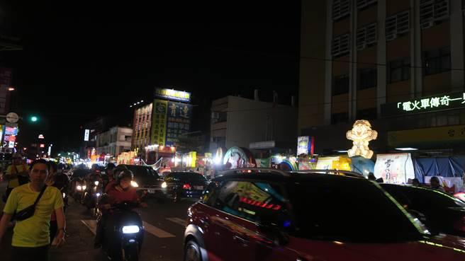 彰化市永樂街中山路口聚集大批攤商與燈車,熱鬧滾滾已如不夜城。(謝瓊雲攝)