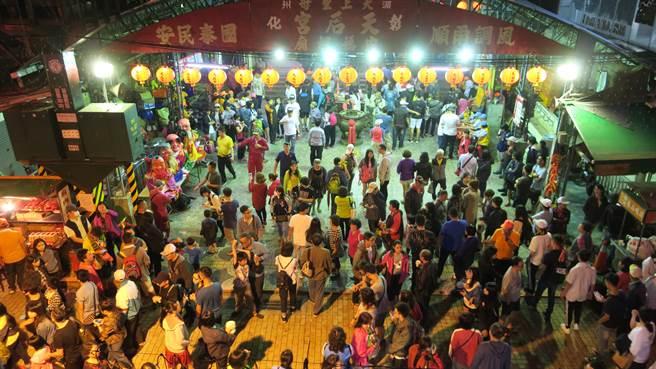 彰化市永樂街天后宮前晚間已聚集大批大甲媽信眾等候媽祖鑾轎到來。(謝瓊雲攝)