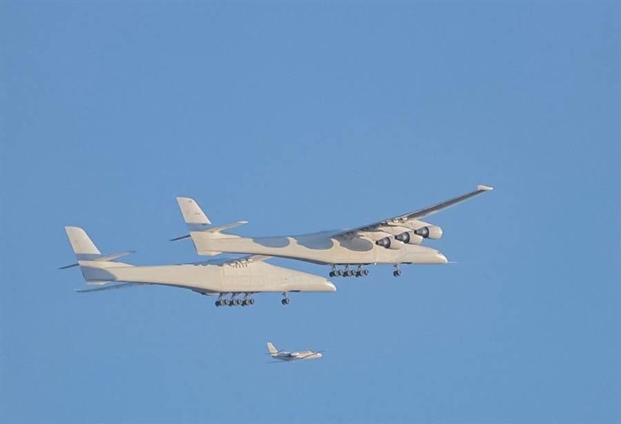 同溫層發射系統首飛,與一旁伴飛的小客機比較,特別體現它的龐大。(圖/Jack Beyer twitter)