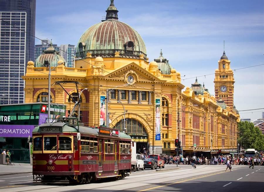 澳洲墨爾本一間夜店14日清晨驚傳槍響,造成1死3傷,其中1人傷勢嚴重。圖為澳洲著名地標福林德斯火車站(Flinders Street Station)。(圖/shutterstock)
