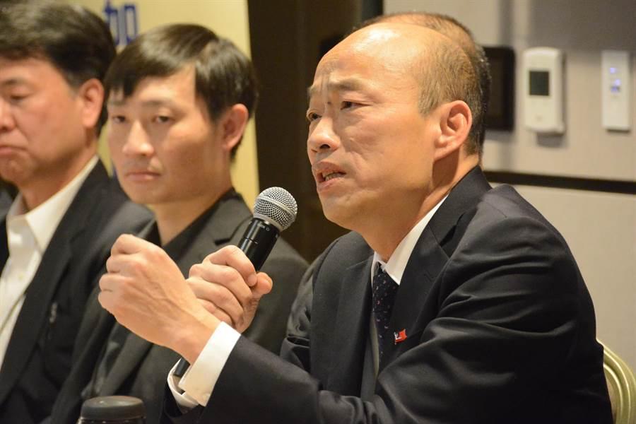 韓國瑜在洛杉磯回答媒體提問時,痛批過去3任總統幹完,「台灣經濟和競爭力基本上已經殘廢」、「鬼混20多年」,認為未來政治人物應回到「民本」,為人民謀福利。(林宏聰攝)