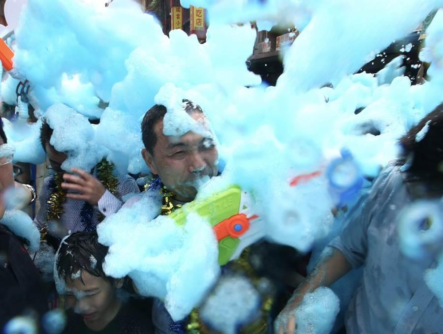新北市長侯友宜在一片彩色泡泡中,與熱情民眾互相潑水。(陳信翰攝)