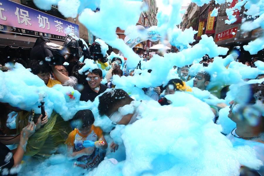 新北市中和區華新街,被一片藍色泡泡包圍,相當夢幻。(陳信翰攝)