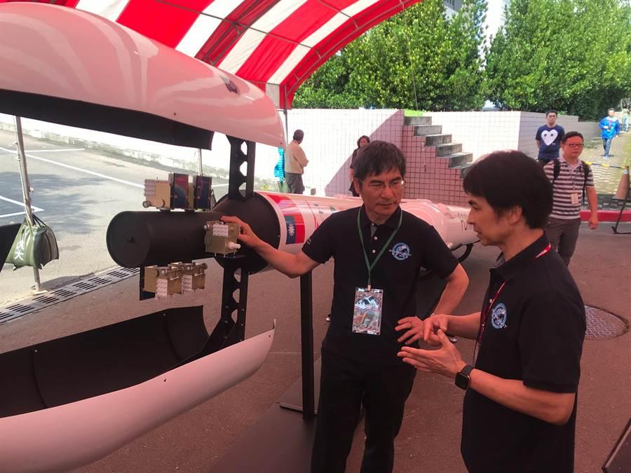 科技部長陳良基(左)14日聽取福衛7號最後的準備工作。(陳育 賢攝)