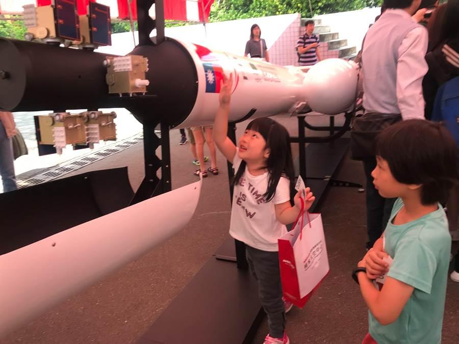 太空中心14日也在現場展示福衛7號原比例衛星模型,小朋友們開心參觀。(陳育賢攝)
