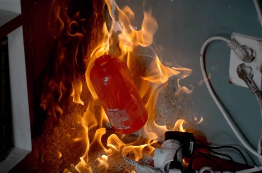 專家認為,「滅火器花瓶」和一般的滅火器相比,確實比較好操作,但遇到大火時因為撲滅範圍小,實用性恐怕不高。(圖/取自SamsungfireTalk)