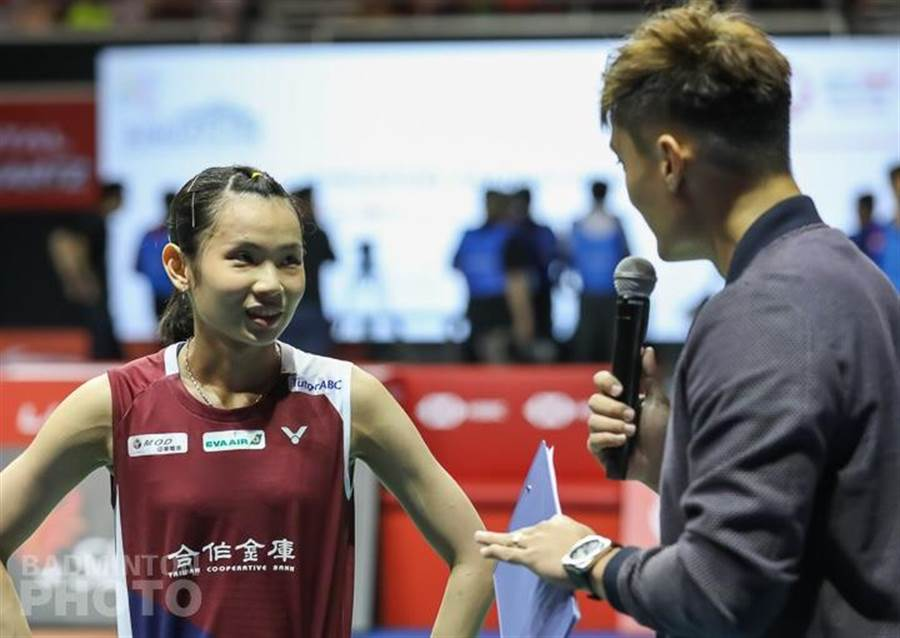 戴資穎在新加坡公開賽奪冠後,於場邊接受訪問。(Badminton Photo提供)