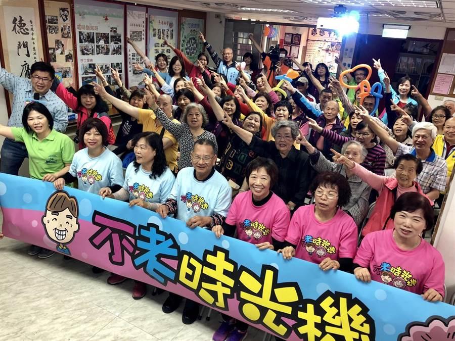 中嘉新視波有線電視在新北市中和區碧湖社區發展協會舉辦「不老時光機」第5集社區首映活動。(葉書宏翻攝)