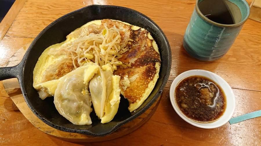 万虎餃子的鐵鍋餃子有日式風味,鍋貼淋上蛋液,有餃子又有蛋。(程炳璋攝)