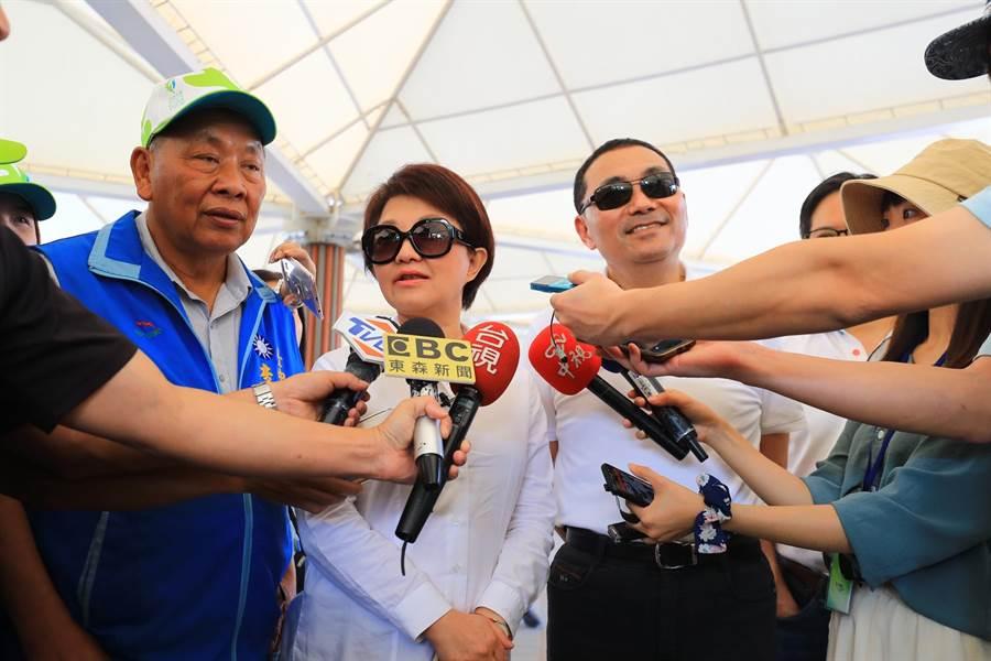 台中市長盧秀燕(左二)表示,媒體若遭過度、不成比例處罰,可能會有「寒蟬效應」。(陳淑娥攝)