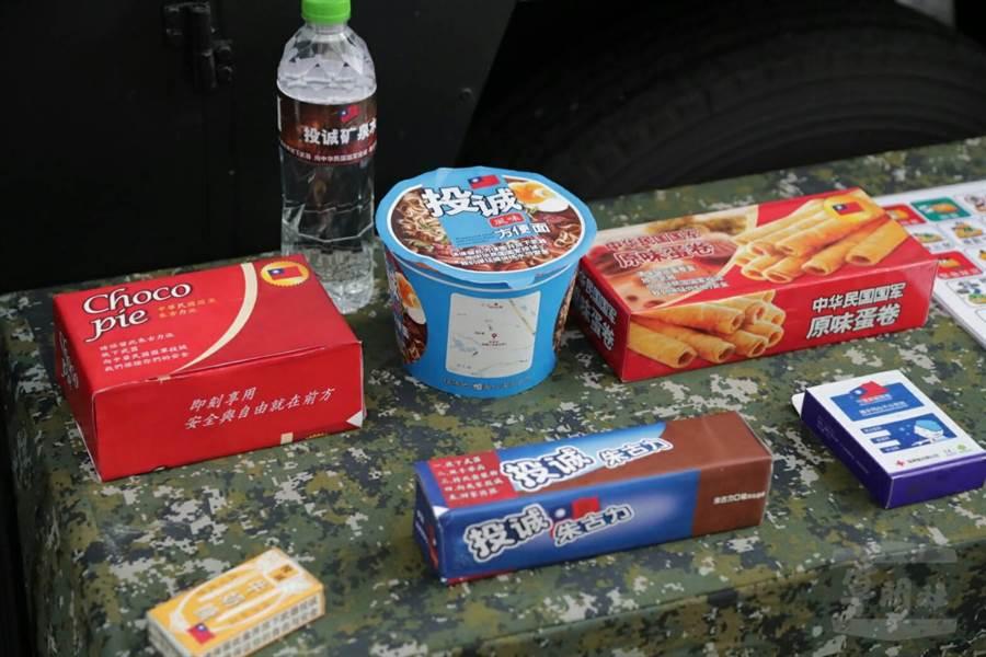 心戰大隊推出心戰文宣品,改製泡麵、巧克力餅乾、牛奶糖、蛋捲等。(圖/軍聞社提供)