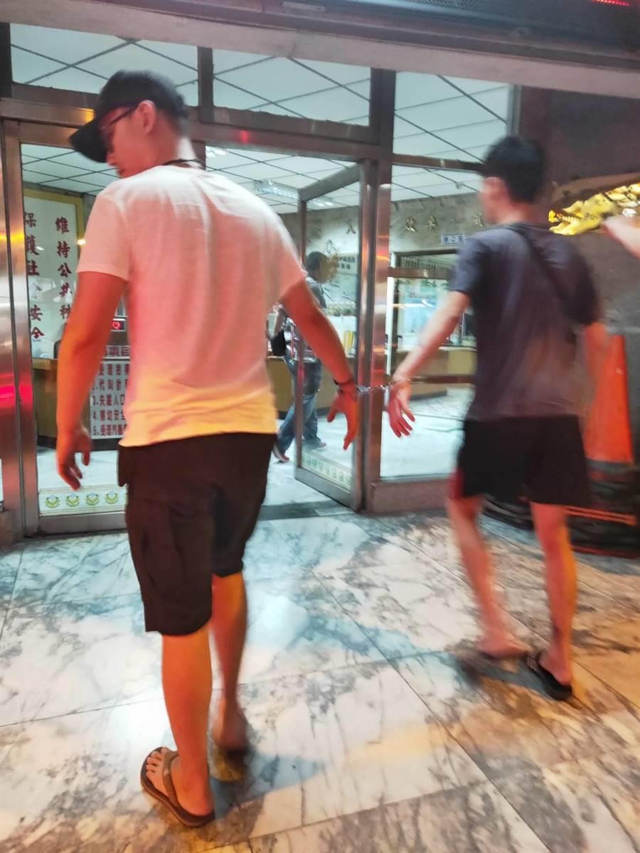 蔡男、楊男為擄人共犯,遭警當場上銬逮補。(鳳山警局提供)