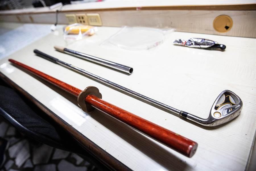 警方在李男車上起出一堆棍棒及刀械。(袁庭堯攝)