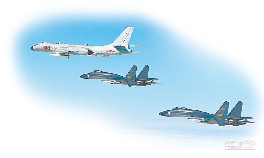 大陸空軍跨島鏈訓練,轟-6K和編隊裡的戰機,都是掛彈飛行。(取自大陸空軍微博)
