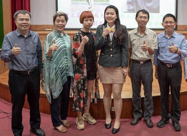 劉宜貞(左三)、蕭渝璇(左三)回到達德商工與學弟妹分享邁向成功的經驗,受到校長許維純(左二)與前母校社頭國中校長周昌憲(右二)等師長的熱情歡迎。(鐘武達攝)