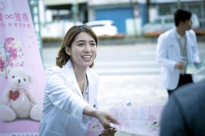 劉倩妏在《生死接線員》中飾演菜鳥協調師。(公視)