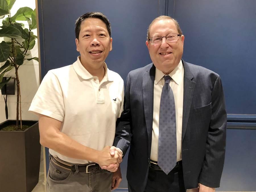 洛杉磯市議員Paul Koretz(右)低調出現在韓國瑜下榻的Sheraton San Gabriel,由高市議員黃紹庭(左)引領至韓國瑜房間內會面。(林宏聰攝)