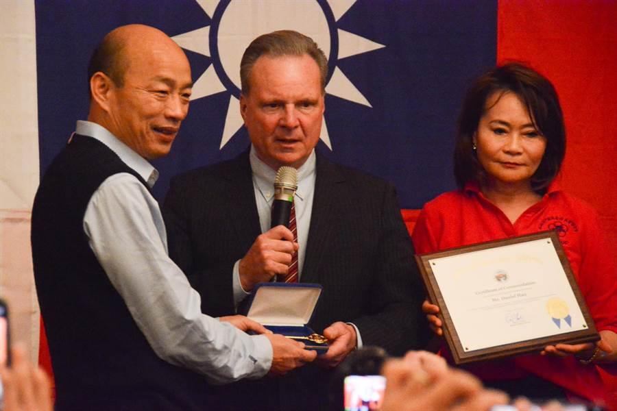 聖塔克拉拉郡前議長David Cortese(中)將郡鑰頒給韓國瑜,象徵授與榮譽市民。(林宏聰攝)