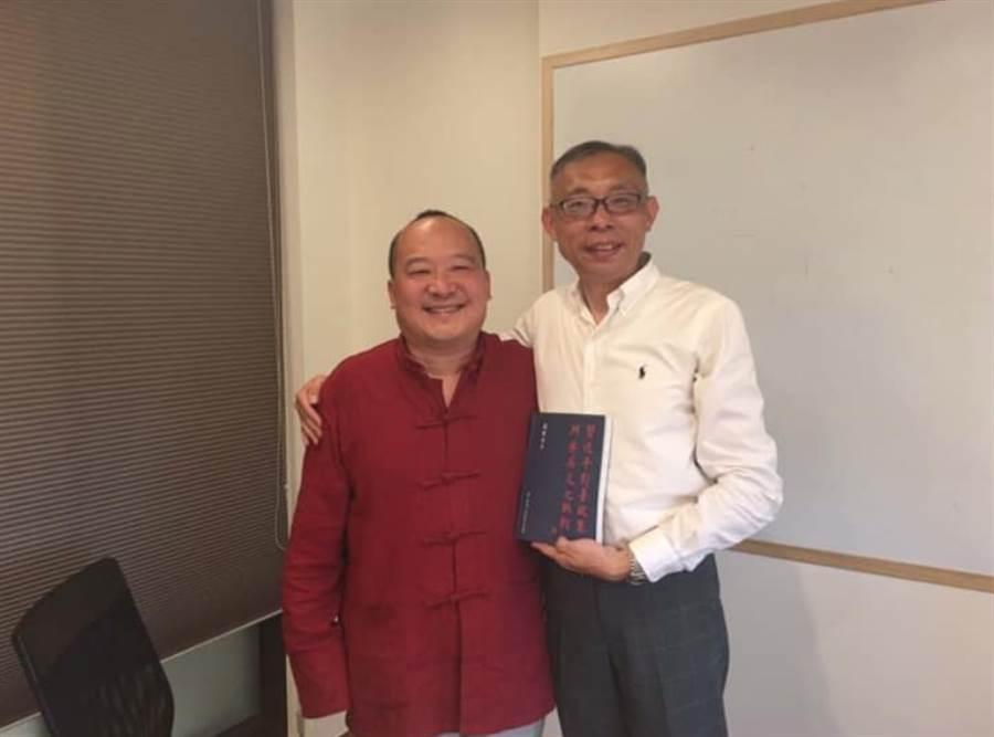 武統學者李毅(左)與親綠學者范世平(右)合影。(翻攝范世平臉書)