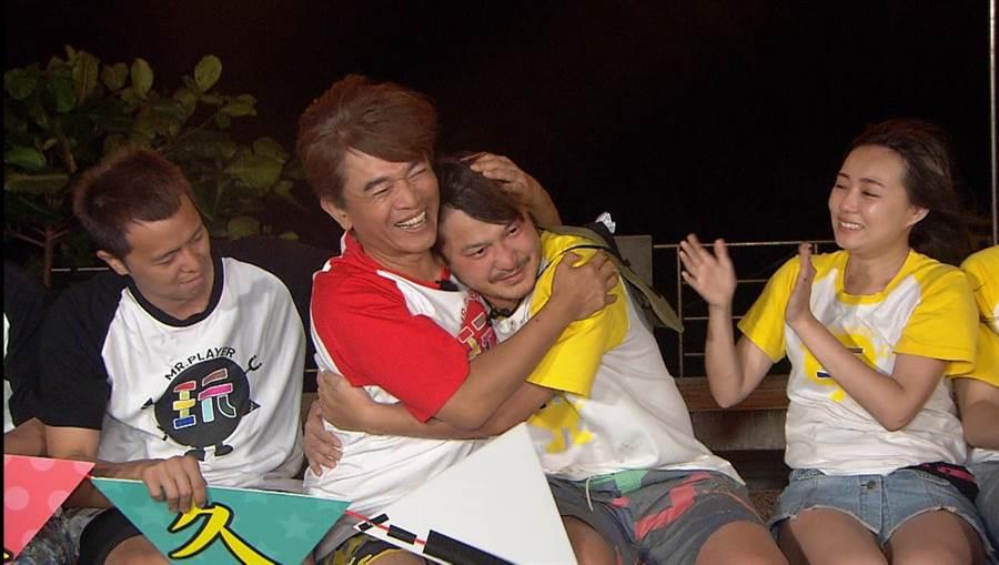 吳宗憲擁抱,KID淚崩。(翻攝三立影片)