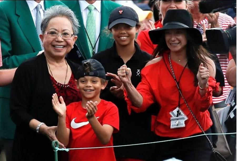 老虎伍茲的家人,母親庫爾提妲(左起)、兒子查理、女兒小珊、女友艾莉卡。(美聯社)