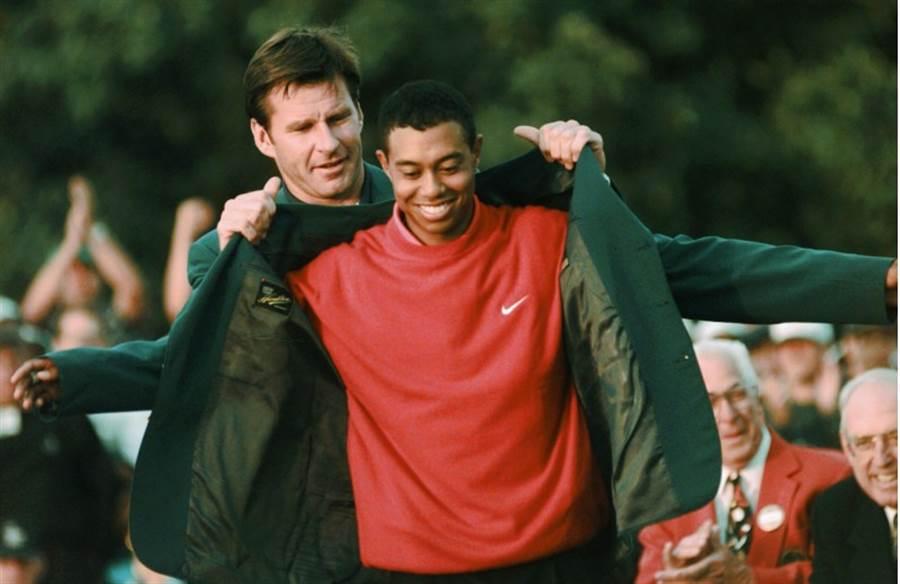 1997年首度穿上名人賽綠夾克的老虎伍茲。(美聯社資料照)