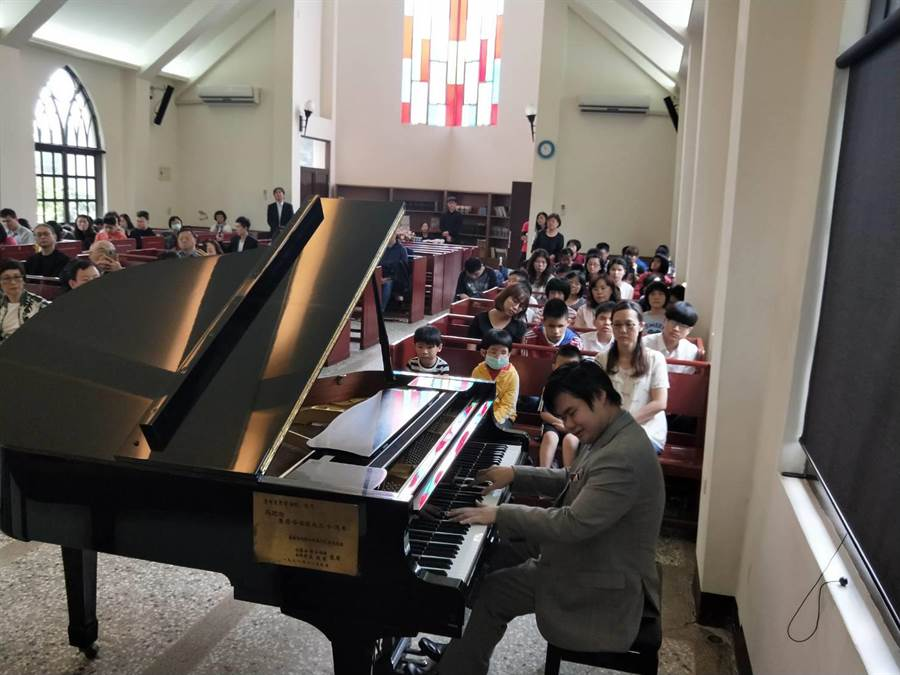 視障鋼琴家NOBU的精彩演出,感動現場人士及盲生們。(陳淑娥攝)