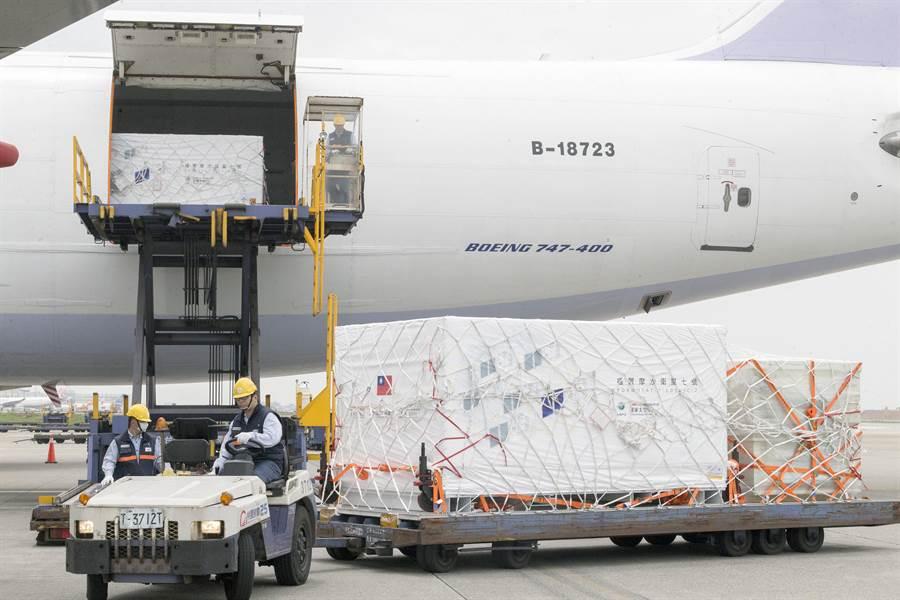由台美共同研發製作的福衛7號衛星,在14日運送至華儲存放後,15日中午從華儲運出,裝載進入中華航空公司全貨機的機艙內,啟運前往美國佛羅里達州,預計在6月22日準備發射進入太空。(陳麒全攝)
