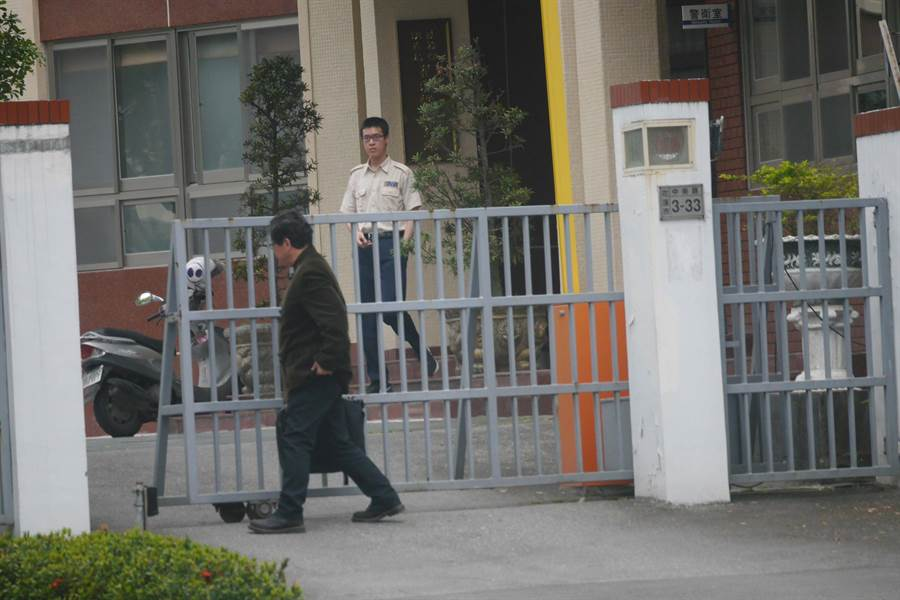 前花蓮高分院法官律師賴淳良,步入調查局協助當事人。(民眾提供)