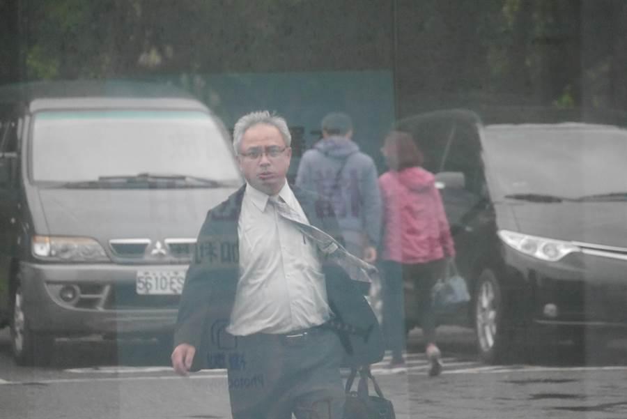律師許正次趕赴花蓮地檢署關心當事人。(民眾提供)