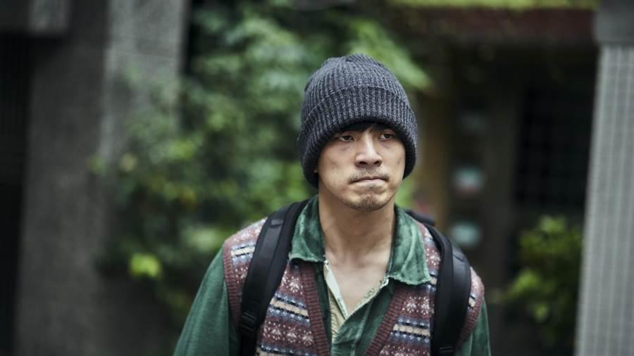 林哲熹飾演的應思聰離開療養院,準備去醫院看爸爸。(公視)