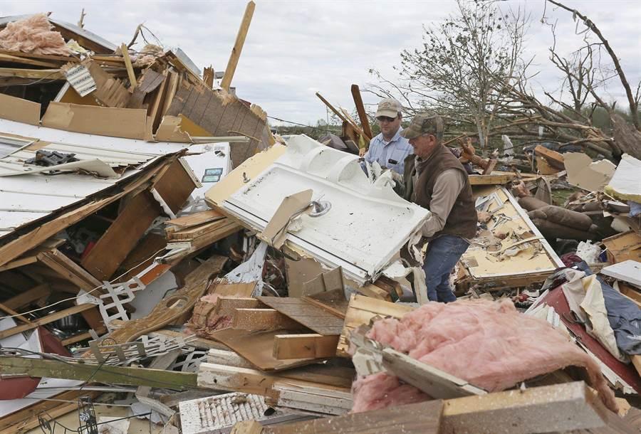 美國南部各州遇到龍捲風,許多社區被夷平。(圖/美聯社)