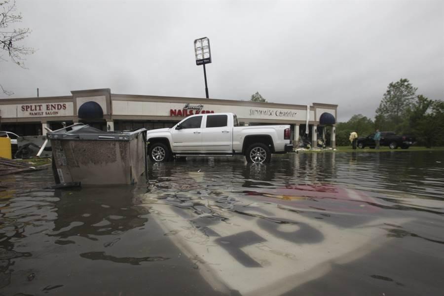 突發的暴雨使德州、田納西州、密西西比州道路淹水。(圖/美聯社)