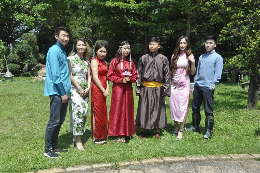 來自亞各國留學生穿出自己國家的傳統服飾個個都覺得很開心。(謝瓊雲攝)