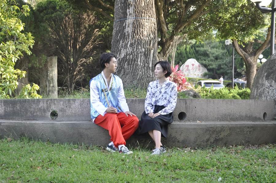 來自韓國的裴允智(右)與朴起完(左)在拍合照時還學宋慧喬玩起姊弟戀。(謝瓊雲攝)