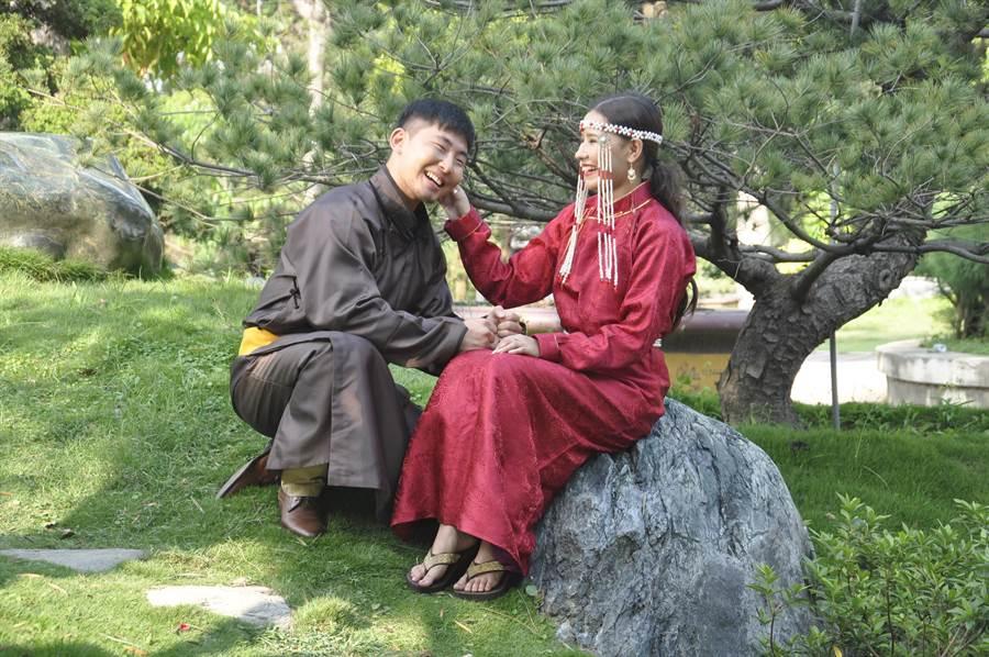 來台已經三年的蒙古女生阿爾坦(右)念的是工管,她與同樣來自蒙古的次倫蒙赫,飾演新郎、新娘。(謝瓊雲攝)
