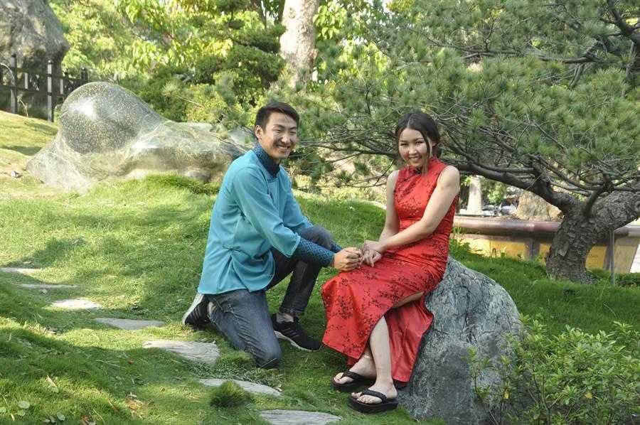 就讀電機工程研究所的瑟吉(左)與服科所的甘渠(右)在蒙古就已結婚,來台留學再拍一次結婚照覺得很有趣。(謝瓊雲攝)