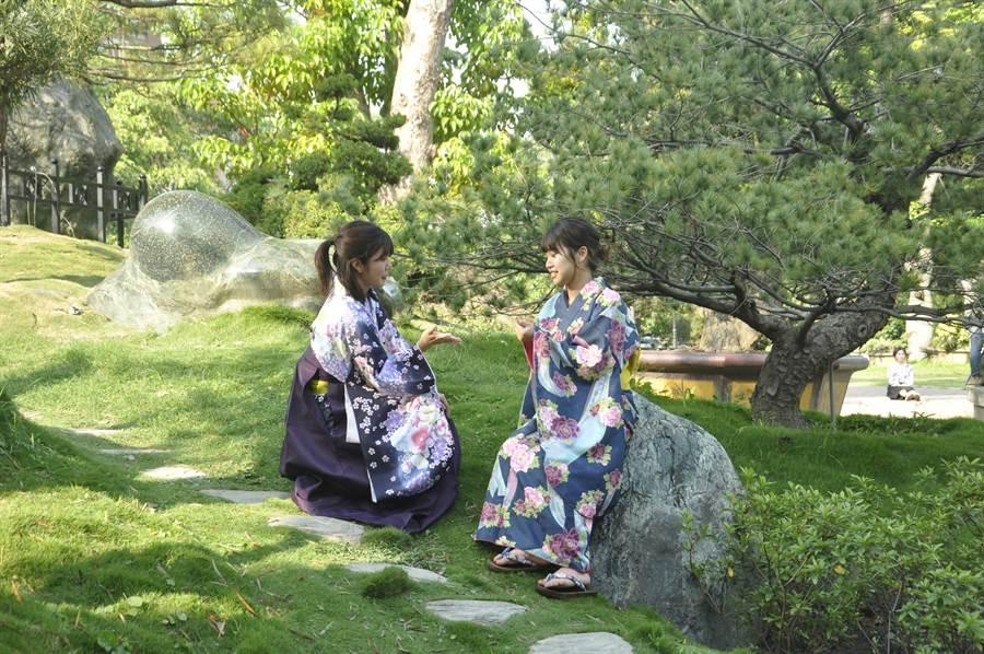 來自日本的仲西里菜(左)與滕原茉香(右)是攝影師爭相追逐的對象之一。(謝瓊雲攝)