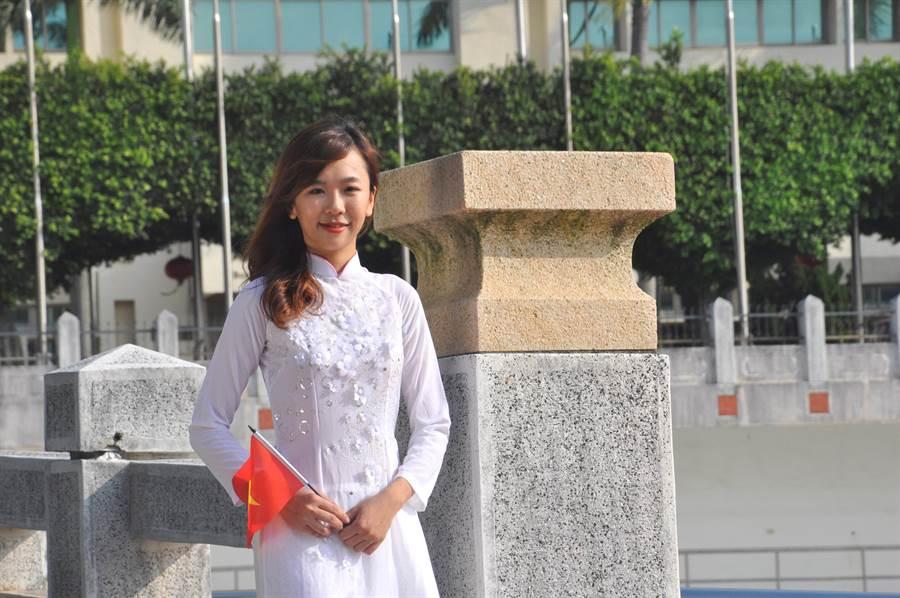來自越南的鄧麗佩,面容姣好、身材修長,卻因個子太高差點就找不到合身的越南國服可以穿。(謝瓊雲攝)