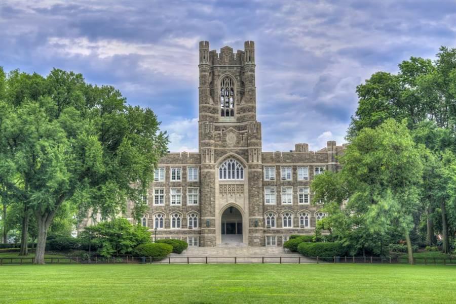 美國著名私校福坦莫大學14日驚傳畢業生為進行成人式,爬高樓拍照墜樓死亡意外。(圖/shutterstock)