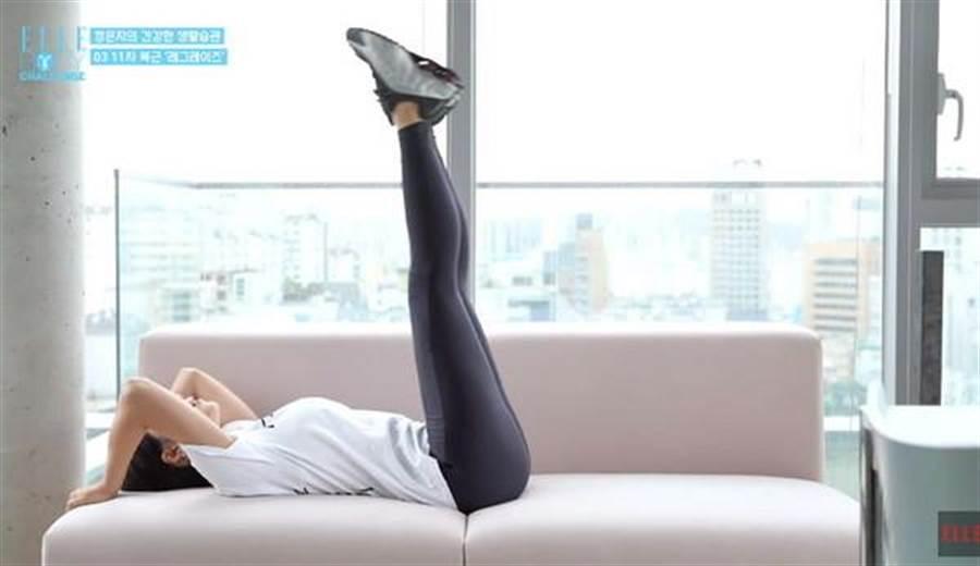 第三種動作可以躺在沙發或床上做。(圖/翻攝自youtube)