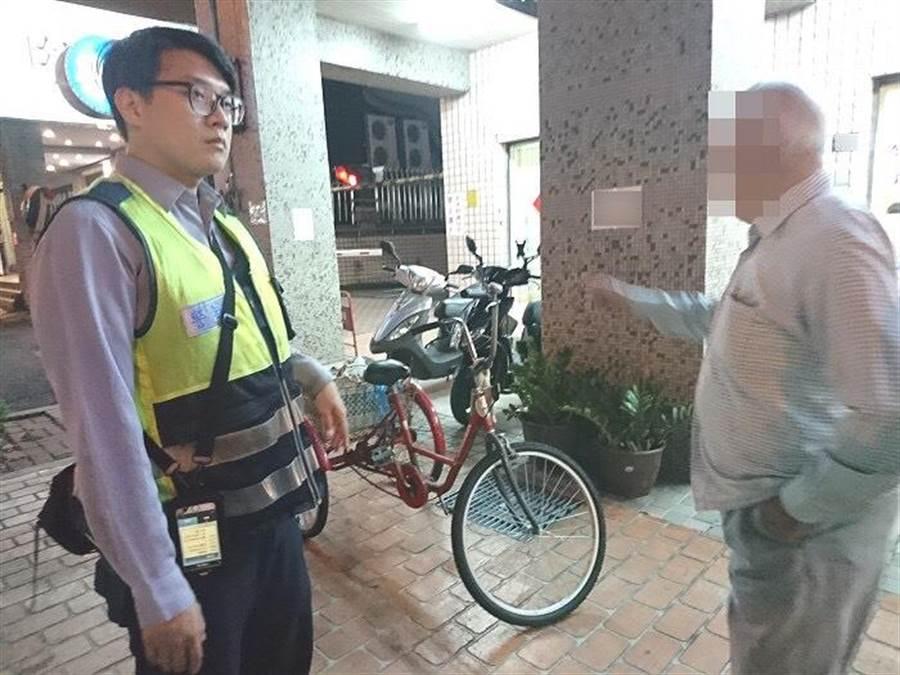 1人協助騎乘老翁的三輪車,另1名員警使用巡邏車載送老翁返家。(張妍溱翻攝)