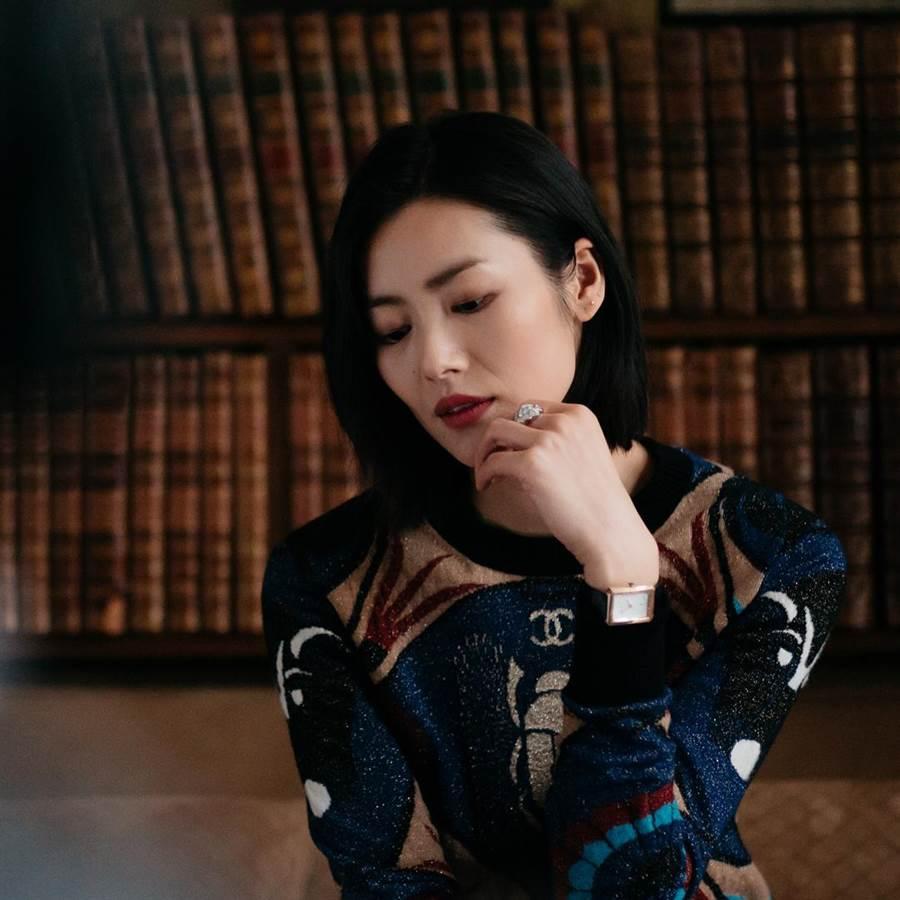 名模劉雯置身香奈兒寓所,沉醉在時尚的氛圍中。(CHANEL提供)