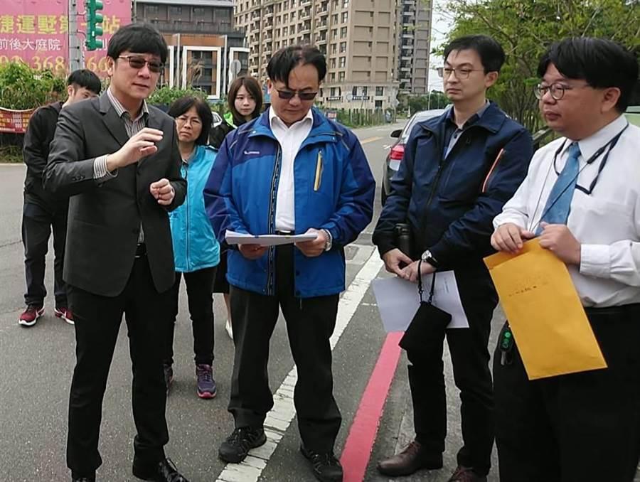 立委趙正宇(左一)15日邀集桃園市交通局、客運業者會勘,預計5月1日試辦715A公車路線。(賴佑維攝)