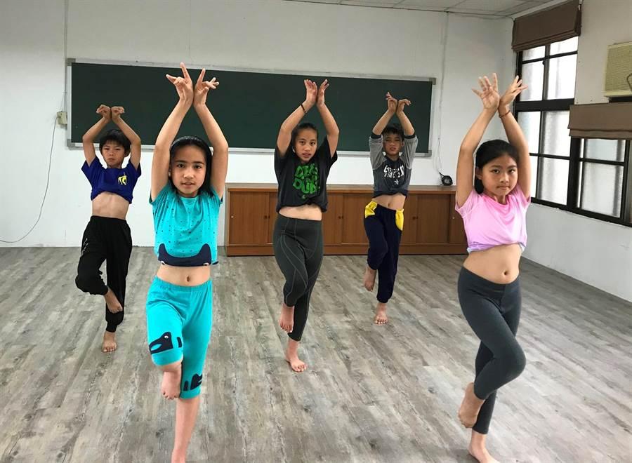 中華開發「我們班的小飛象:小天份大未來」計畫贊助花蓮月眉國小舞蹈隊,學習專業的舞蹈技巧。(中華開發提供)